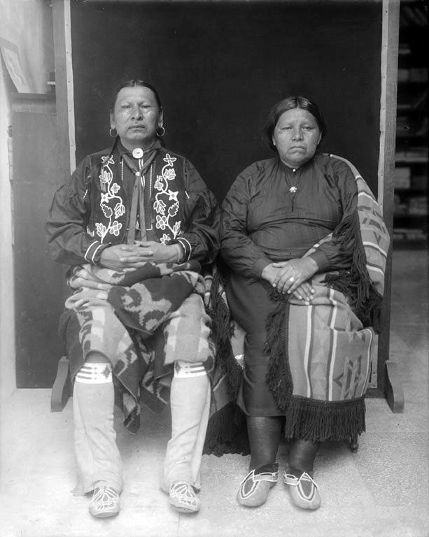 Wa xthi ahi and his wife, members of the Osage Nation. 1911. No additional information.