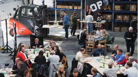 Der Ort des Workshops war eine Produktionshalle, die mit Tischen aus Betonblöcken und Elementen für ein kreatives Arbeitsklima in Szene gesetzt wurde.