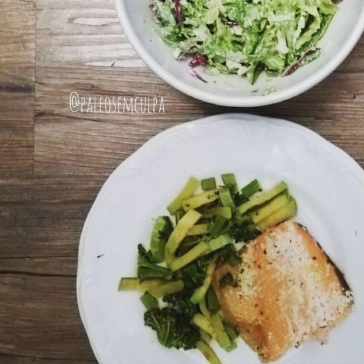Jantar: salada verde (acelga couve alface repolho roxo e chucrute) com molho de kefir e vinagre de maçã. Abobrinha brócolis e o restinho da truta do almoço.  Dinner: green salad (chard kale lettuce purple cabbage and sauerkraut) with kefir's sauce and apple cider vinegar. Zuchinni broccoli and the trout leftovers from today's lunch.  Tem dúvidas sobre a paleo? LINK NA BIO! #dieta #dietas #dietasempre #dietasemsofrer #dietapaleolitica #dietapaleo #paleo #paleofood #paleobrasil #paleolitica…