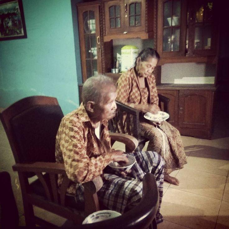 Dua sejoli tak kelam di makan zaman  Baju batiknya saja kembar   #breakfasting #yogyakarta #simbah #grandfather #grandmother