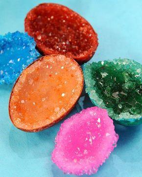 Hacer geodas de cristal de alumbre con polvo, cáscaras de huevo y pegamento. | 24 Experimentos científicos que tus hijos adorarán