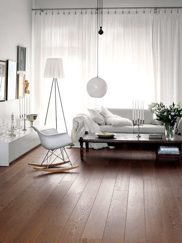 Toma nota de lo último en suelos de madera y laminados de todos los estilos. Este parqué multicapa Roble Story Brush Antique, es de la firma Karelia