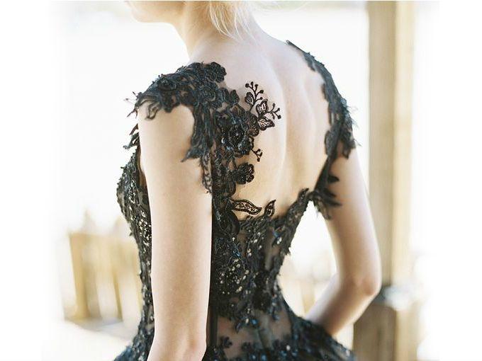 Debo confesar que, cuando vi estos bellísimos vestidos negros, me dieron ganas de casarme sólo para usar uno. El encaje, la seda y la pedrería conviven magistralmente con los tonos oscuros de estas prendas. ¿Cuál es tu favorito?