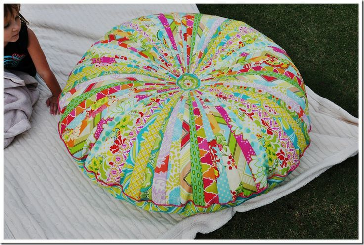 I am so making this floor cushion for the girls room!