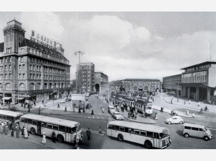 Der Hauptbahnhof um 1958. Der Bahnhof wurde in den 1950er-Jahren wieder aufgebaut, die Empfangshalle wurde 1959 fertig. Eine Bildergalerie mit zahlreichen alten Aufnahmen vom Essener Hauptbahnhof finden Sie auf waz.de/essen-historisch.