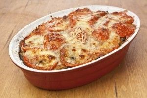 Musacaua greceasca de vinete este o reteta de musaca delicioasa, cu cartofi, vinete si cascaval, preparata in stilul mediteranean. RECIPE
