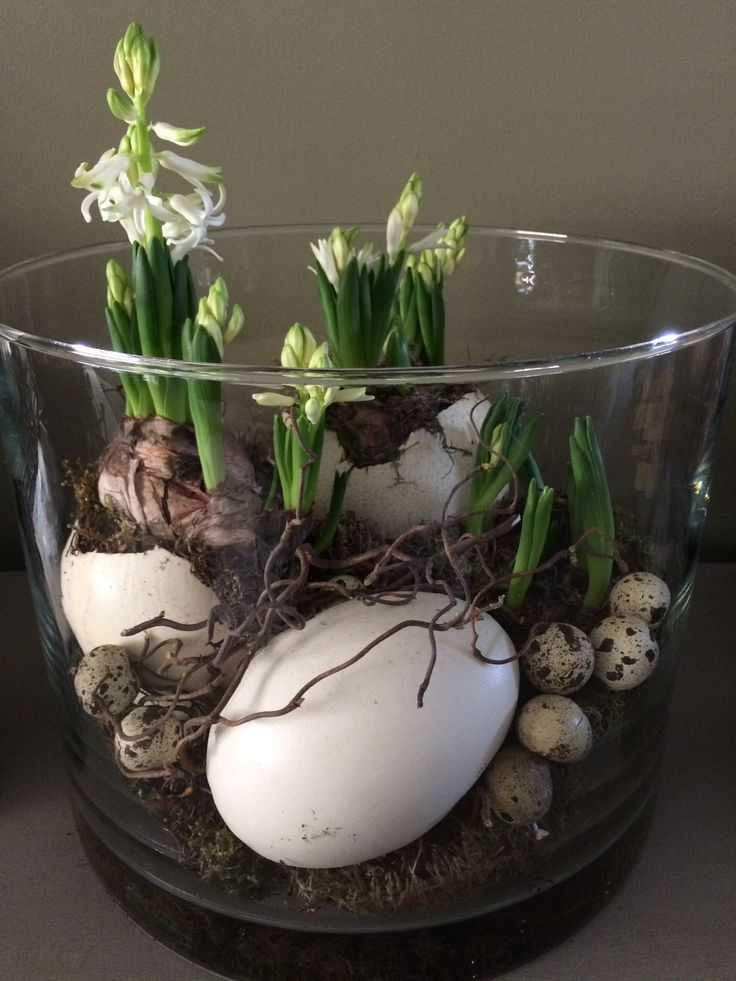 Centerpiece for Easter and Spring, love the egg shells, Lentesfeer