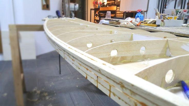 나무 서프보드 제작 나무 서핑보드 제작 좌우면이 다 올라 갔다일전에 붙여두었던 노즈와 테일 부분도 모양...
