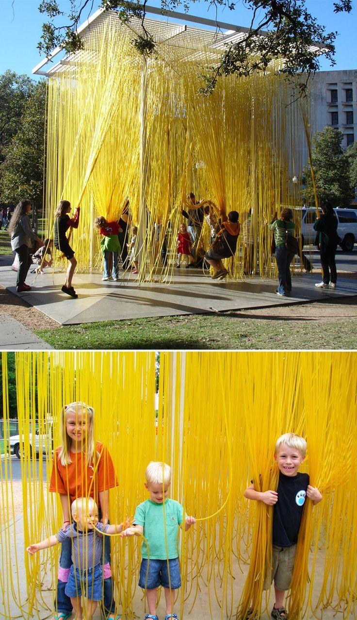 Eine große Installation im Freien aus fadenförmi…