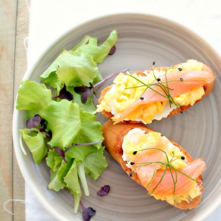 Smoked Salmon &Scrambled Eggs on Toast. Crostone alle uova strapazzate e salmone affumicato