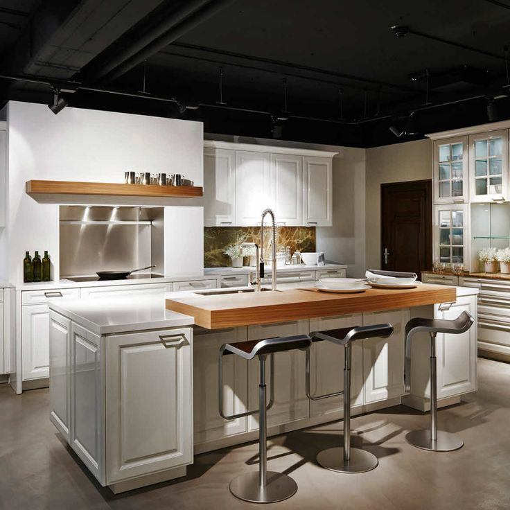 The handles and the wooden breakfast island grant it an even more everlasting, contemporary look