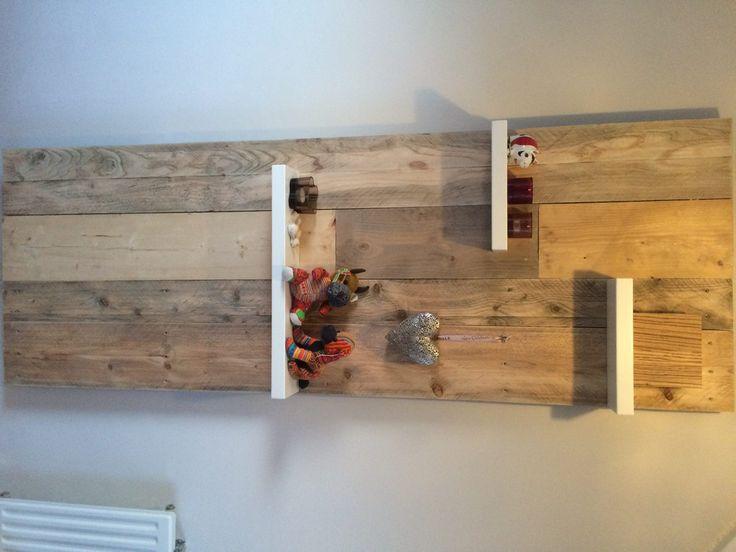 Wanddecoratie van gebruikt steigerhout en zebrano en witte dikke boekenplanken
