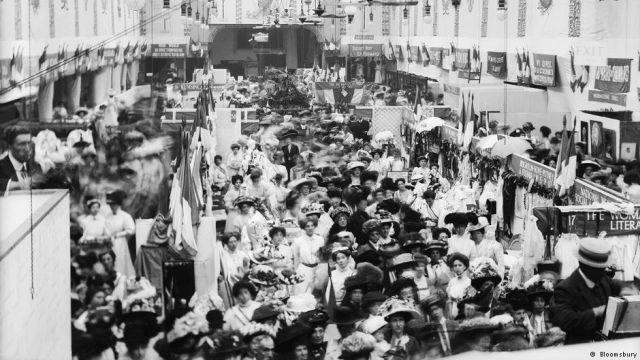 100 χρόνια σουφραζέτες στη Βρετανία: Όχι μόνο με λόγια αλλά και με πράξεις, κάποιες φορές βίαιες, οι γυναίκες στη Μεγάλη Βρετανία κατάφεραν…