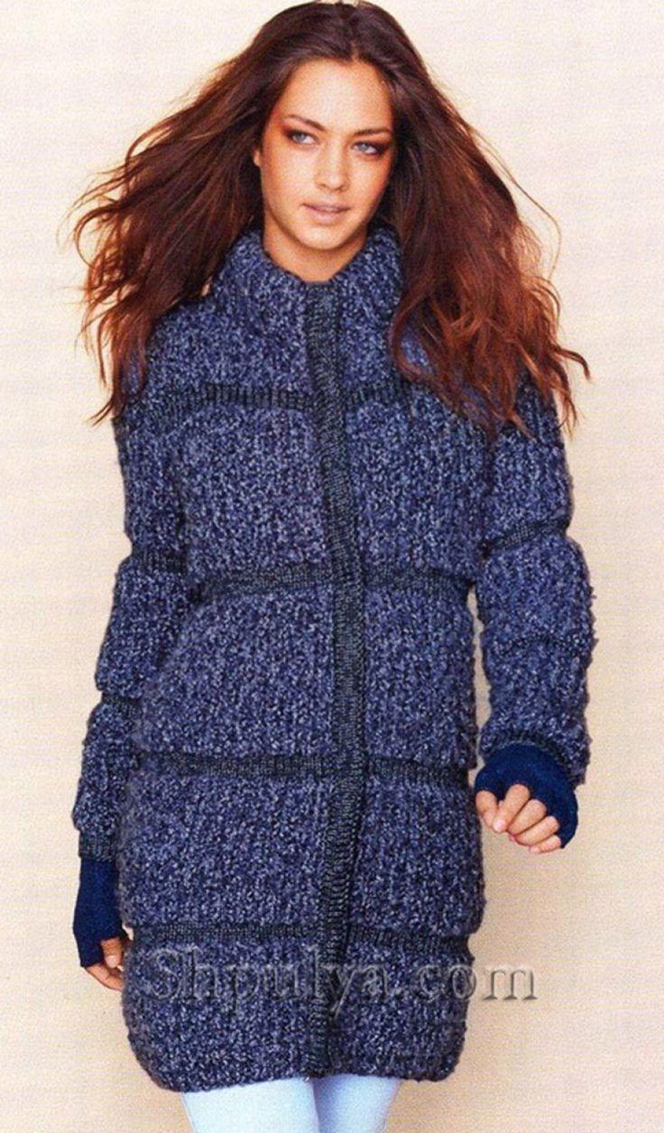 Синее пальто из меланжевой пряжи, вязаное спицами