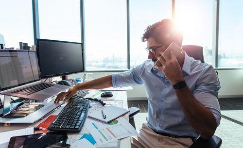 Planowanie urlopu - klucz do odpoczynku?  Większość z nas każdego roku w okresie letnim wyjeżdża na urlop. Co prawda tydzień lub dwa wydają się długim okresem, jednak kiedy spędzamy je na odpoczynku - mijają niczym krótka chwila. Choć służbowe obowiązki nie są dla nas nowością, pierwszy dzień po wakacjach okazuje się zazwyczaj wyjątkowo trudny: setki maili, zalegające pytania współpracowników i ponowne wdrażanie w projekty… Co zrobić, aby przejść przez to wszystko bezstresowo?