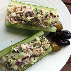 Tonijnsalade op komkommer wordt niet op een broodje gegeten maar juist op de eerder genoemde groente. Het recept is hierdoor nog gezonder.