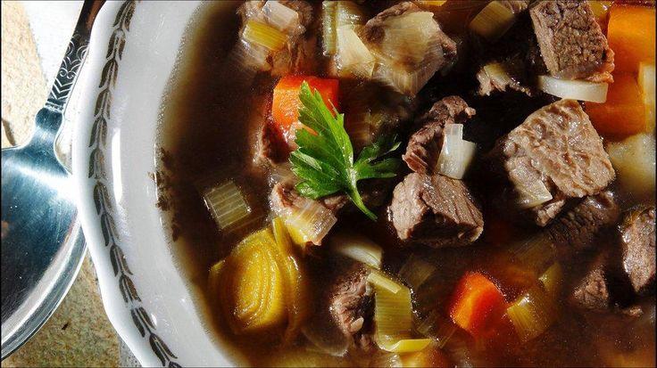 Fersk suppe med oksekjøtt - Mange har tradisjon for å spise bare grønnsaker fra suppen som forrett, og deretter spise kjøttet sammen med kokte poteter og løksaus til hovedrett.