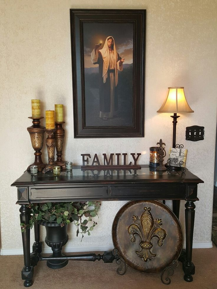 Au Foyer Decor : Jesus portrait above an elegant entry table