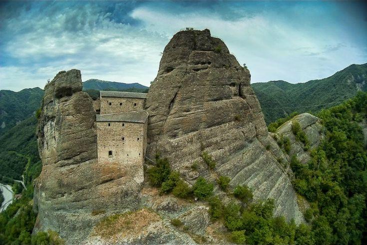 Questo castello in Liguria incastonato nella roccia sembra uscito da un libro di Tolkien o da un gioco di ruolo. Una meta dell'Italia nascosta da visitare assolutamente