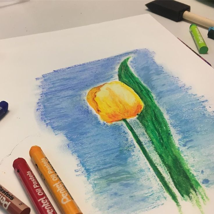 """Muistin että olin ostanut öljypastellit. Onpa siitä muuten aikaa kun olen viimeksi piirtänyt tai maalannut!! Pidettiin sitten pieni yhteinen taiteiluhetki lapsosen kanssa. """"Mitäs mieltä olet äidin piirroksesta?"""" """"Noo...hmmm... Minusta se näyttää ihan kasvavalta persikalta"""" (tauko) """"Ihan on hieno äiti"""". #tulips #öljypastelli #pastelli #piirros #luonnos #tulppaani #piirtelyä #drawing #oilpastel #oilpastels #lauantaiilta"""