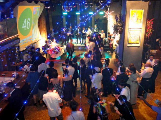 新婦がウエディングドレスを披露する披露宴の要素と、友人のバンド演奏などの2次会の要素が混在する「1.5次会」結婚式(東京・銀座のレストランバー「NB CLUB」)=同店提供