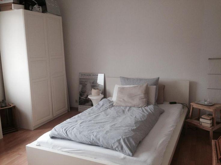 Gemütliche WG-Zimmer-Einrichtung in Köln: Großes Bett mit flauschiger Bettwäsche und großem weißem Kleiderschrank.  #flatshare #Cologne