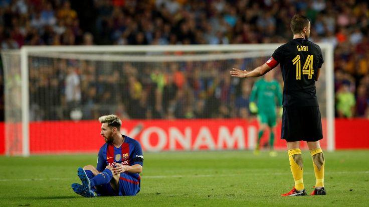 MESSI LESIONADO. Lionel Messi sobre el terreno de juego lesionado durante el…