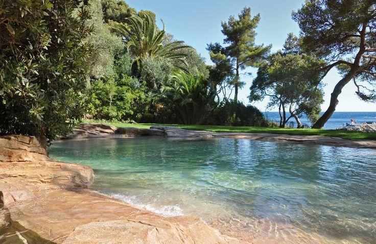Bel exemple d'intégration de piscine naturelle.  Chiffrez vos projets sur http://www.avantages-habitat.com/travaux-construction-de-piscine-74.html