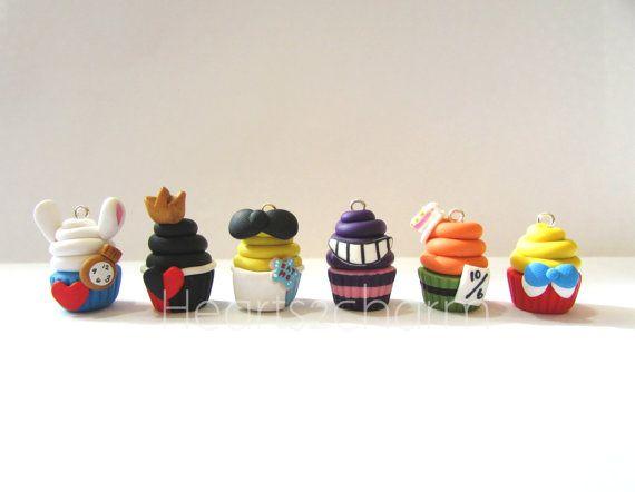 Alice au pays des merveilles d'inspiration Cupcake charmes. Handmade Polymer Clay Cupcake Charm. Utilisation comme pendentif, Bracelet à breloques, boucles d'oreilles. Collectionnez-les tous