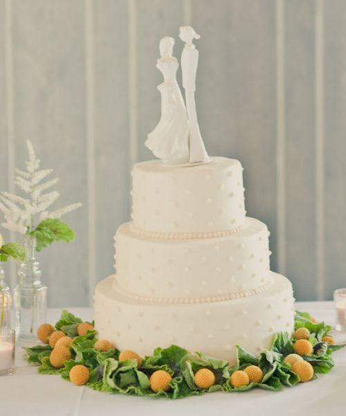 Pastel de boda blanco con decoraci n inferior de flores - Decoracion de jarrones con flores artificiales ...