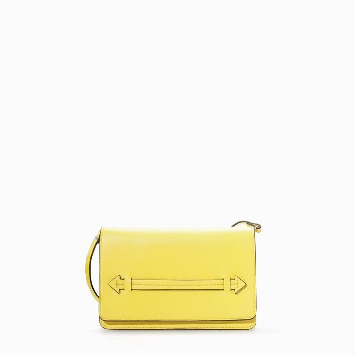 """Pin for Later: Olivia Palermo trägt den """"kanadischen Smoking"""" — und es funktioniert Zara Yellow Handtasche Zara Gusseted Clutch ($36)"""