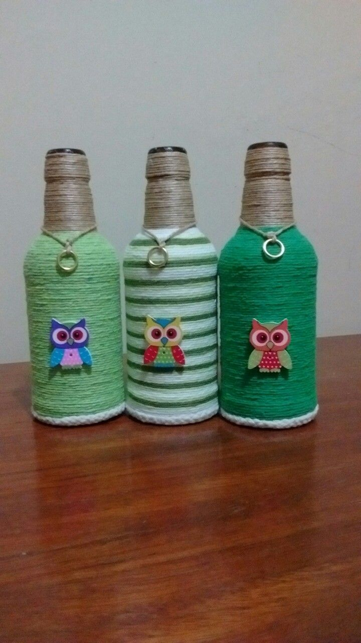 Tiernos buhos en botellas decoradas.