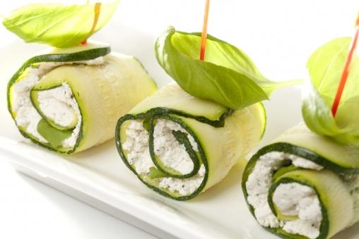 przepis na koreczki - Koreczki z rolowanej cukinii - Przepisy kulinarne Tesco
