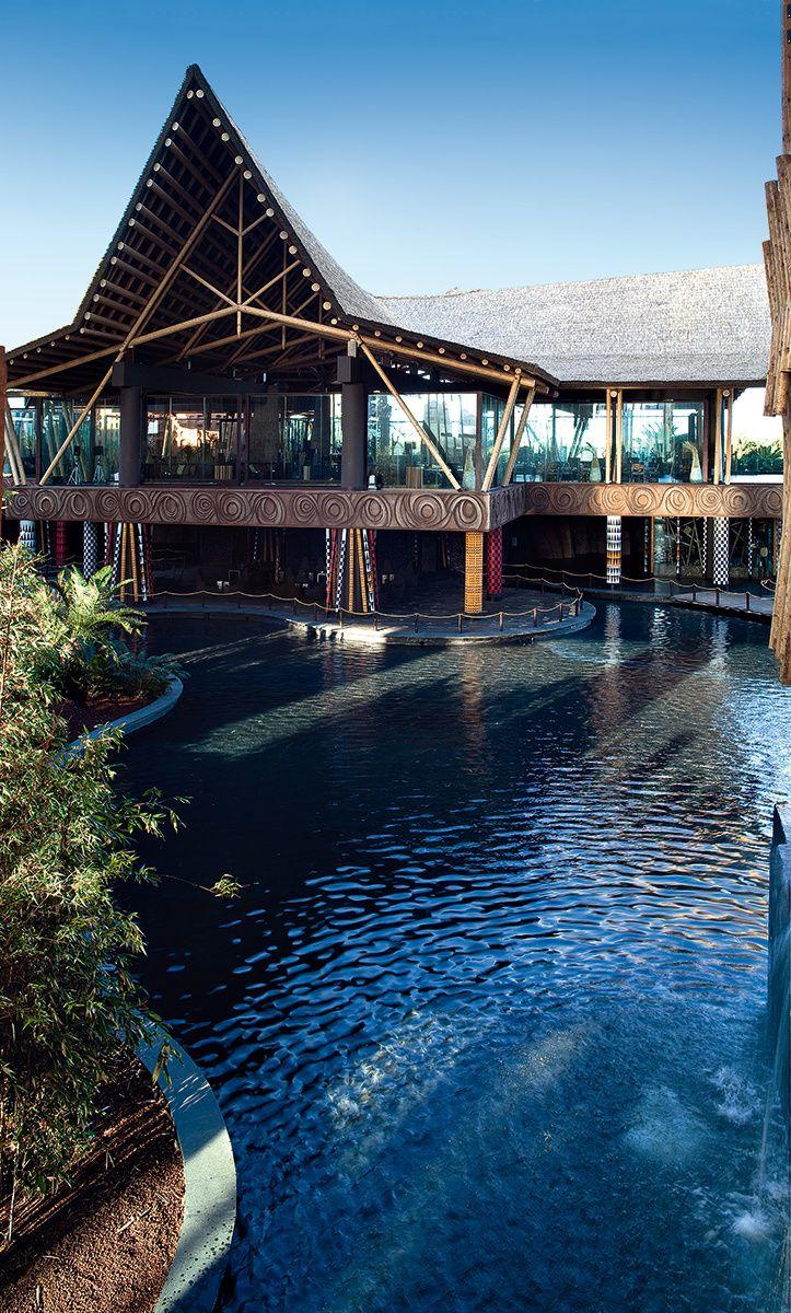 ¡Al agua! - AD España, © Uxío Da Vila El hotel Baobab, en el sur de Gran Canaria, respira África a través de sus jardines tropicales, cascadas, ríos, cabañas y la inigualable mano de Tomás Alía. Baobab tiene nueve piscinas, que incluyen dos playas artificiales y un río lento.