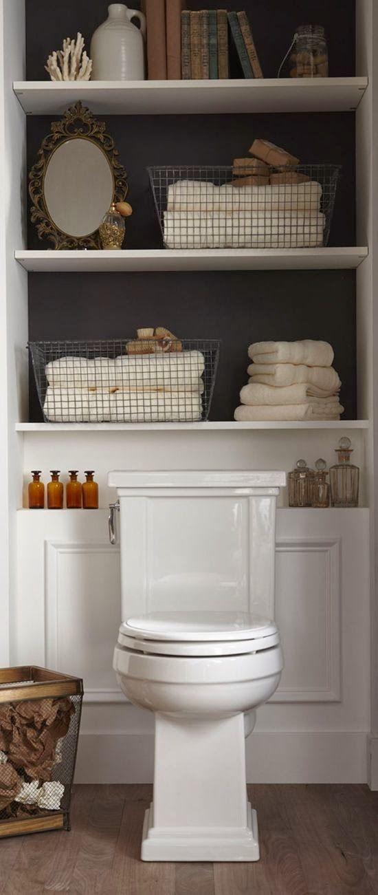 Bonne idée pour les toilettes : de longues étagères pour y ranger plein de trucs ou pour la déco