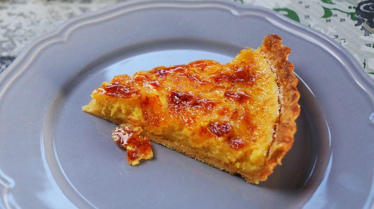 A jó pitéket mindenki szereti, a creme bruleenek is nagy rajongótábora van, így elég egyértelmű az ötlet, hogy a két dolog kombinálásából csak valami jó sülhet ki. Ez a creme brulee pite, ami egy igazán hedonista, ünnepi desszert. Hozzávalók: Az omlós-ropogós pitetésztához: 350 g liszt 50…
