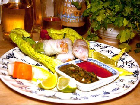 Färska vårrullar eller dumplings med glasnudlar, koriander, lime och chilitriol. Veganska och glutenfria.