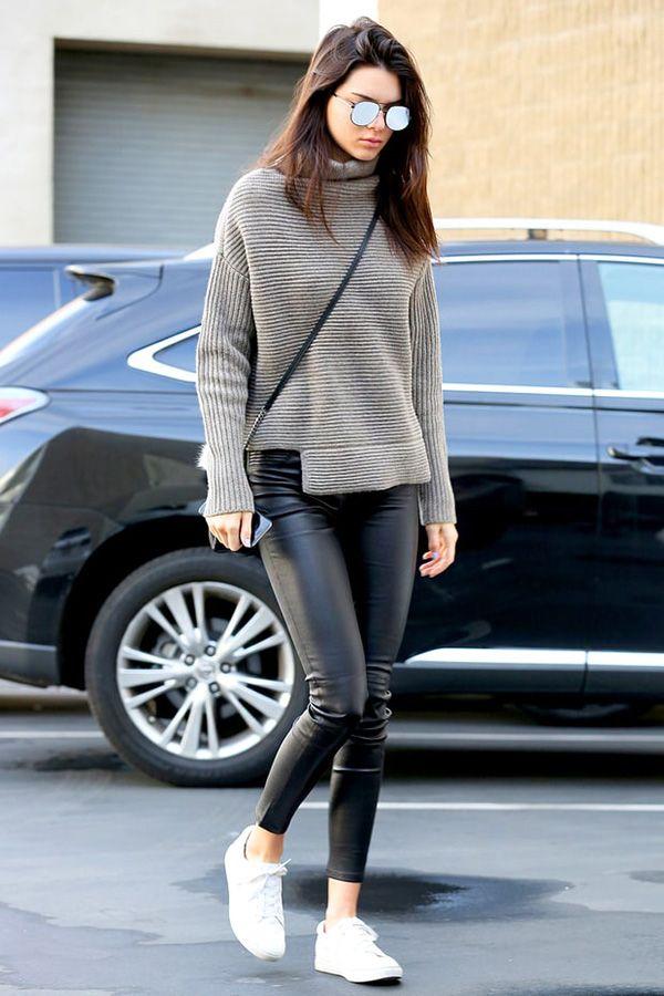 Kendall Jenner casual calça de couro e tênis branco.