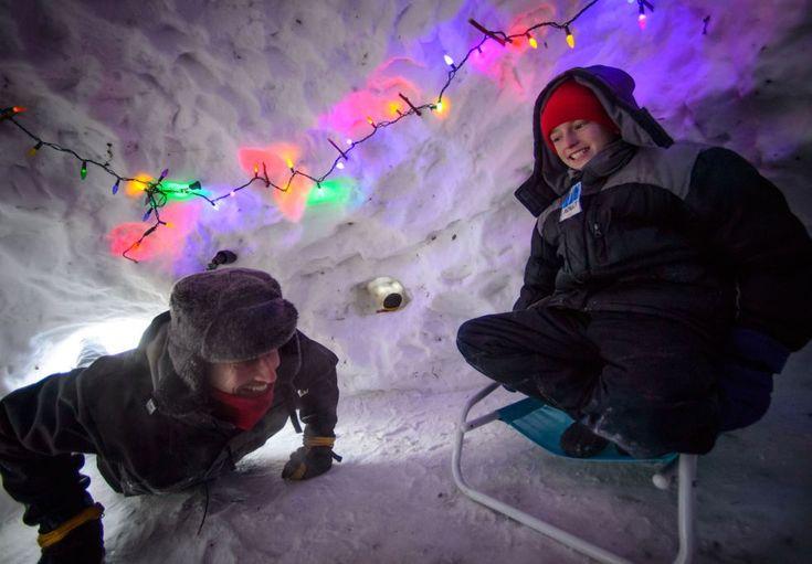 Una familia de Mineápolis disfruta de un iglú que se han construido cerca de su casa. GLEN STUBBE (AP)