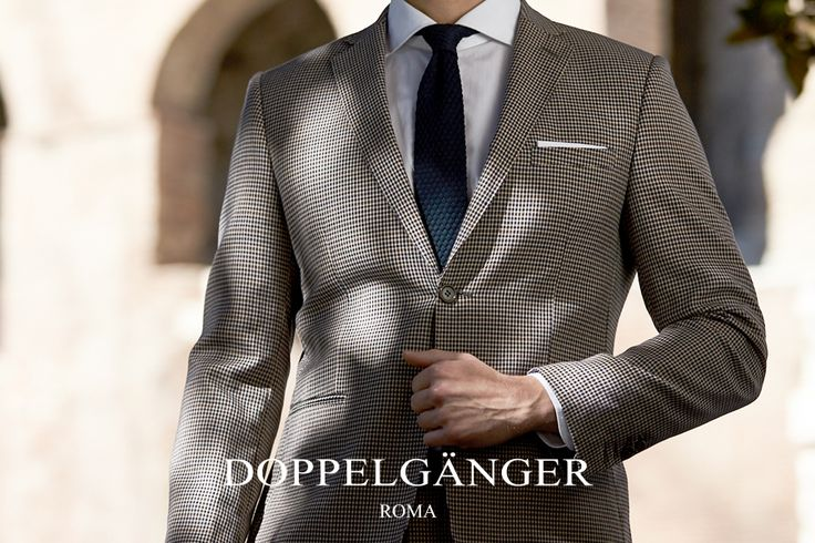 Questo abito aggiunge un tocco originale e moderno al guardaroba maschile, pur rimanendo estremamente elegante e sofisiticato grazie al taglio classico che regala una silhouette leggera e pulita.
