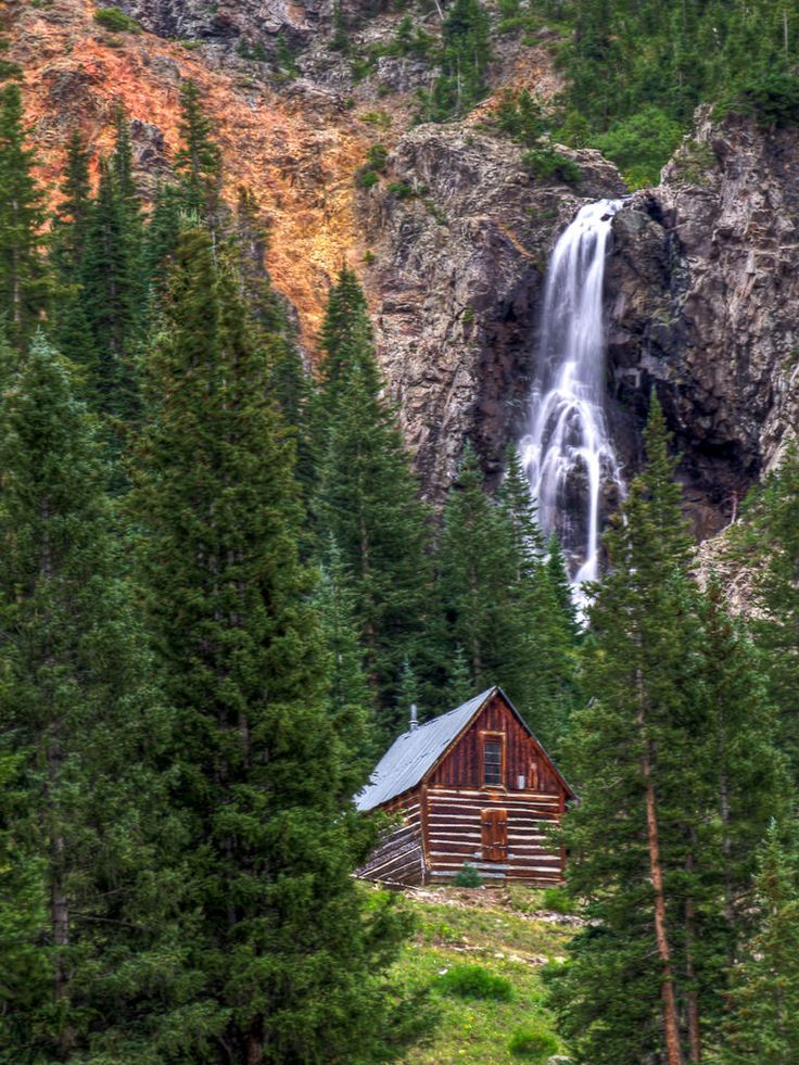 Cabana e cachoeira. Uma cabana na ... floresta, localizada entre Silverton e Animas Forks (uma cidade fantasma) no Colorado, USA.  Fotografia: Orville Courtney no Flickr.