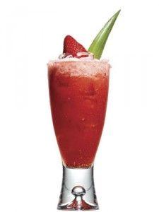 http://www.lostragos.com/receta/ponche-de-fresa/ Ingredientes  2 onzas (30 ml) de ron  3 fresas frescas  3 rodajas de piña cortada en pedacitos  1/2 onza (15 ml)  jugo de piña  1/2 onza (15 ml)  de jarabe de azúcar  Hielo  Preparación  En una licuadora, poner las fresas y la piña con el agua azucarada por unos cuantos segundos. En un vaso, poner el hielo, las frutas licuadas, el ron y el jugo de piña. Decorar con frutas frescas.