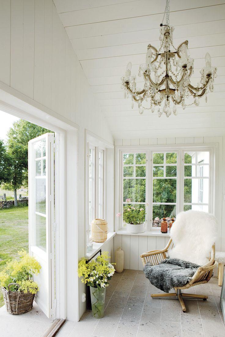 KALKSTENSHUS MED ORANGERI: Den ljusa verandan är favoritplatsen på vintern. Den har isolerats och golven med Gotlandsmarmor har försetts med värme | Lantliv