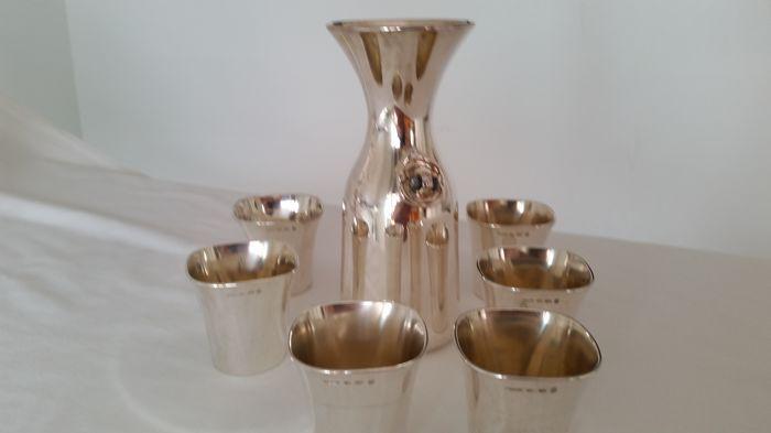 Bulgari - zilver 950 Italië 1971 wijnfles met 6 glazen  Waardevolle set met eenvoudig ontwerp. De fles is 21.5 cm lang en 85 cm breed. De glazen afmetingen zijn 7 x 7 cm. Het gewicht varieert van 148 tot 161 gram. Elk stuk draagt Bulgari merk en is gemarkeerd met de zilveren titel 950. Vervaardigd in 1971 of 1972. In zeer goede staat.  EUR 500.00  Meer informatie