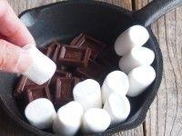 チョコの上にマシュマロをおいている