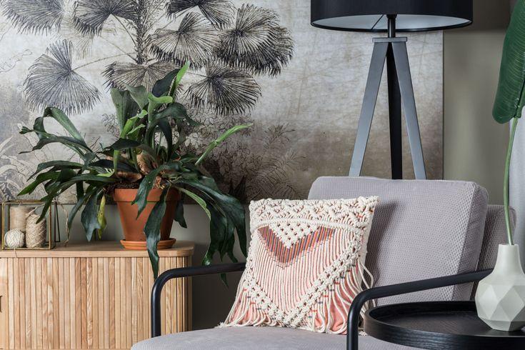 Intérieur design avec un coussin au style macramé très ethnique pour donner de la couleur dans ce salon aux meubles sobre, gris et noir #coussin #macrame #pink #ethnic #design #interiordesign #grey #lampadaire #zuiver