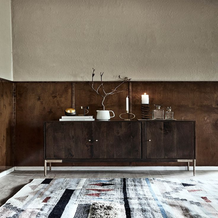 Wauw, wat een prachtige verschijning! Dit houten dressoir van Nordal is een ware toevoeging aan je interieur. Het donkere hout in combinatie met de gouden poten zorgen ervoor dat de kast een chique uitstraling heeft. De kast is gemaakt van mango hout en de poten van metaal. Het donkere dressoir heeft een hoogte van 85cm een lengte van 160cm en een diepte van 40 cm. Leuk voor in de hal, woonkamer, keuken of slaapkamer.