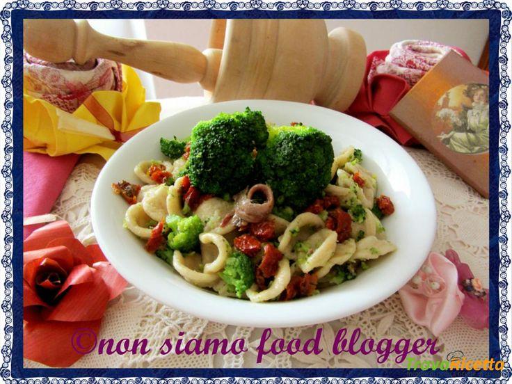 Orecchiette integrali con broccoli, pomodori secchi e acciughe  #ricette #food #recipes