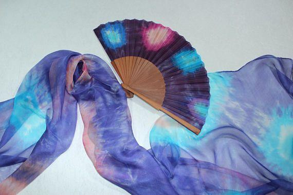 Pañuelo de seda pintado a mano y abanico/ Conjunto en morado y azul/ Fular largo vaporoso/ Regalo cumpleaños/  Diseño abstracto/ Estrellas.