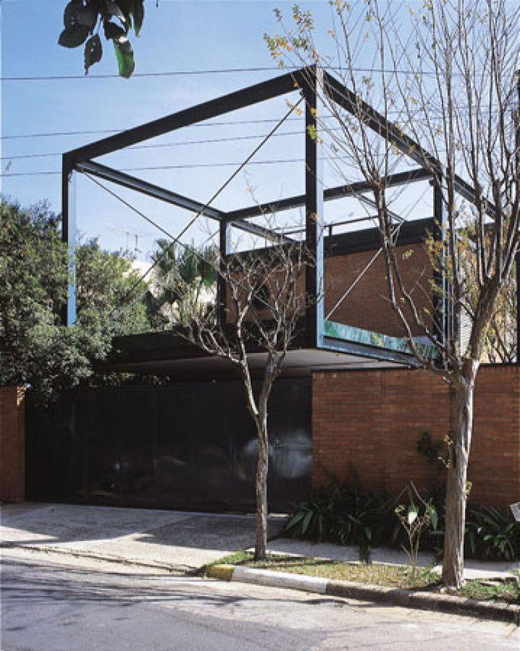 Além de rapidez, a estrutura metálica promete durabilidade. Construída nos anos 80, esta casa de 347m², em São Paulo, permanece com os perfis intactos. As vigas e os pilares de aço foram jateados com zinco e a cada sete anos recebem esmalte sintético. Projeto do arquiteto paulista Arnaldo Martino.